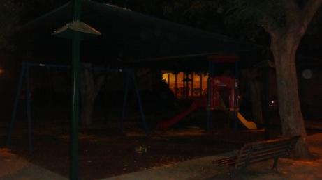 גן ילדים בסוף רחוב גוש עציון. הפלאש הוסיף אור שאינו שם. הגינה תחומה על ידי חומות גבוהות והצמחיה מבטלת את שדה הראיה של הבניינים בסביבה.