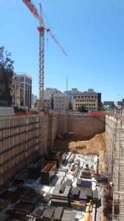 פרוייקט הענק של גינדי ברחוב הרכבת 66. פרופורציה - למטה בבור מצד שמאל בפינה זה טרקטור גדול במיוחד