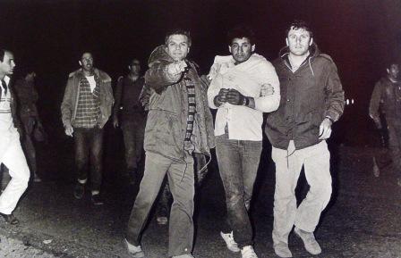 """תמונתו של אלכס ליבק המראה את אנשי השב""""כ לוקחים את אחד מהפלסטינים כשהוא בברור בהכרה"""